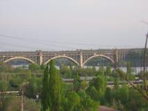 Il ponte attraverso il fiume di Dnieper Fotografie Stock
