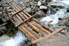 Il ponte attraverso una torrente montano Immagini Stock