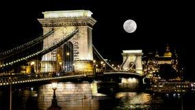 Il ponte a catena a Budapest a sorgere della luna immagine stock libera da diritti
