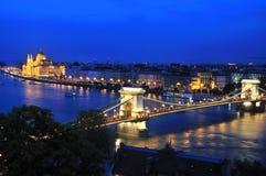 Il ponte a catena ed il fiume Danubio a Budapest nella sera Immagine Stock
