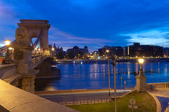 Il ponte a catena ed il parassita parteggiano, Budapest, Ungheria Fotografia Stock Libera da Diritti
