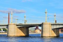 Il ponte centrale di Kantemirovsky della portata attraverso il fiume Bolshaya fotografie stock