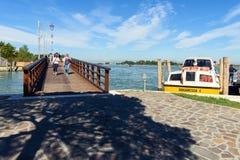 Il ponte che collega le isole di Burano e di Mazzorbo, lago veneziano Fotografie Stock