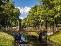 Il ponte cinese sopra il canale in Alexander Park in zar fotografia stock