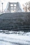 Il ponte concreto con le scale muggisce e lampade nella città di Darkovi - di Karvina in repubblica Ceca Immagine Stock