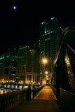 Il ponte d'acciaio ed il fiume della città scura passeggiano alla notte in Chicago Fotografie Stock