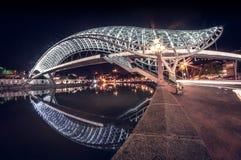 Il ponte d'ardore più bello di pace alla notte a Tbilisi, Georgia fotografie stock libere da diritti