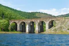 Il ponte da una pietra sulla ferrovia Fotografie Stock Libere da Diritti