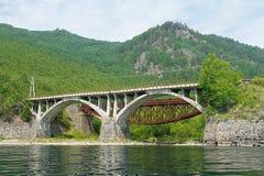 Il ponte da una pietra sulla ferrovia Fotografia Stock