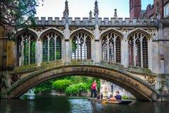 Il ponte dei sospiri nell'università di Cambridge fotografie stock