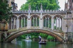 Il ponte dei sospiri nell'università di Cambridge immagini stock
