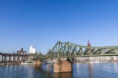 Il ponte del ferro (cosiddetto Eiserner Steg) alla conduttura di Francoforte immagine stock