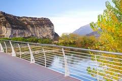 Il ponte del fiume Sarca alla polizia del sul di Torbole, Italia del Nord Immagine Stock