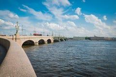 Il ponte del ponte o di Troitskiy della trinità in StPeterburg, Russia fotografia stock