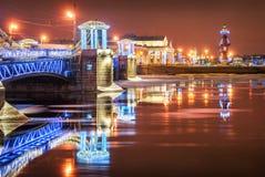 Il ponte del palazzo del nuovo anno e le colonne rostrali immagini stock