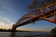 Il ponte del portone dell'inferno con il cielo di tramonto, New York fotografie stock