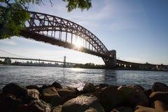 Il ponte del portone dell'inferno, le rocce ed il sole riflettono sul fiume fotografie stock libere da diritti