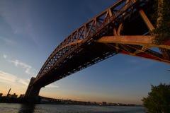 Il ponte del portone dell'inferno sopra il fiume, New York immagini stock libere da diritti