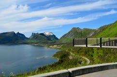 Il ponte del punto panoramico con la montagna ed il fiordo abbelliscono l'isola del senja Fotografia Stock Libera da Diritti