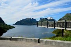 Il ponte del punto panoramico con la montagna ed il fiordo abbelliscono l'isola del senja Immagine Stock Libera da Diritti