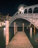 Il ponte del Rialto a Venezia Italia fotografie stock