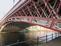 Il ponte del XIX secolo storico del punto della corona che attraversa il fiume Aire a Leeds fotografia stock