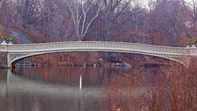 Il ponte dell'arco ad alba calma in Central Park, New York Fotografie Stock