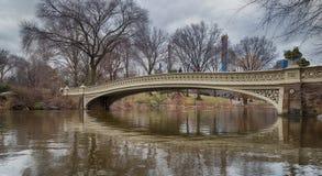 Il ponte dell'arco in Central Park, vista di luce del giorno di New York City fotografia stock libera da diritti