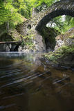 Il ponte dell'eremo in Perthshire Scozia con il fiume t scorrente Immagine Stock