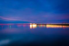 Il ponte della baia di Chesapeake alla notte, veduta da Kent Island, Maryl Fotografia Stock