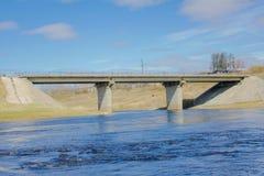 Il ponte della strada attraverso ONU di flussi di tornitura del fiume, una piccola fiume Fotografia Stock