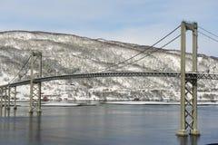 Il ponte della strada della sospensione di Tjeldsund nell'inverno che attraversa lo stretto di Tjeldsundet, contea di Troms, Norv fotografie stock libere da diritti