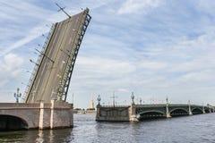 Il ponte della trinità attraverso il Neva fotografia stock