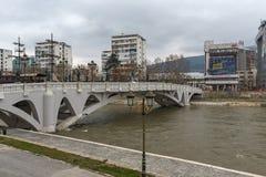 Il ponte delle civilizzazioni e del fiume di Vardar in città di Skopje, Repubblica della m. Immagine Stock