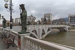 Il ponte delle civilizzazioni e del fiume di Vardar in città di Skopje, Repubblica della m. Fotografia Stock Libera da Diritti