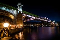 Il ponte di Andreevsky a Mosca alla notte Fotografia Stock Libera da Diritti