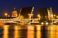 Il ponte di annuncio e la cupola divorziati del san Isaac Cathedral sopra possono notte St Petersburg, Russia Fotografie Stock