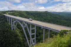 Il ponte di Bakunagua è una delle attrazioni del ` s di Cuba L'altitudine del ` s del ponte è di 110 metri e la sua lunghezza è d Immagini Stock Libere da Diritti