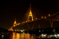Il ponte di Bhumibol nella luce notturna fotografie stock libere da diritti