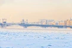 Il ponte di Blagoveschensky nell'ambito di foschia gelida Fotografia Stock Libera da Diritti