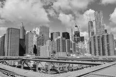 Il ponte di Brooklyn incontra i grattacieli Immagini Stock Libere da Diritti