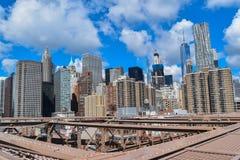 Il ponte di Brooklyn incontra i grattacieli Fotografia Stock