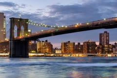Il ponte di Brooklyn in New York al tramonto Immagini Stock