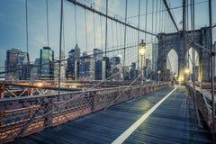 Il ponte di Brooklyn di notte Immagini Stock