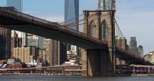 Il ponte di Brooklyn sta contro i grattacieli del centro di Manhattan del cielo blu archivi video