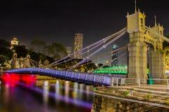 Il ponte di Cavenagh alla notte Singapore Immagine Stock