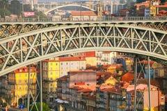 Il ponte di Dom Luise I dell'arco Collegamento di trasporto fra la città di Oporto e la città di Vila Nova de Gaia fotografie stock