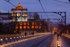 Il ponte di Dom Luiz a Oporto alla notte immagine stock libera da diritti