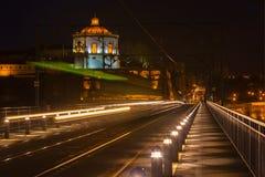 Il ponte di Dom Luiz a Oporto alla notte fotografie stock libere da diritti