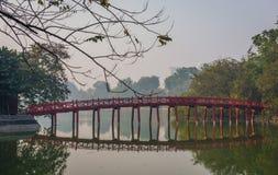 Il ponte di Huc, a Hanoi fotografie stock